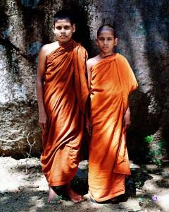 Buddhistische Novizen der Einsiedelei in Mawaragala Dambana, Sri Lanka